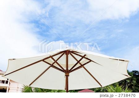 リゾートホテルの白いパラソル 2738470