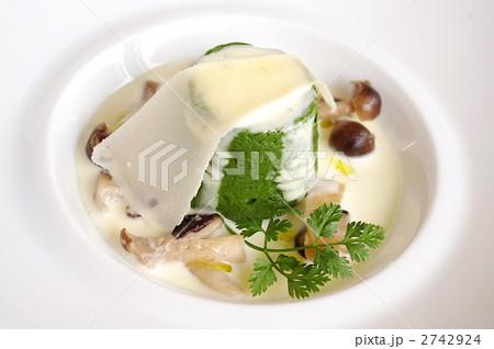 温かいほうれん草にスフォルマティーノ きのことパルメザンチーズのクリームソース 2742924