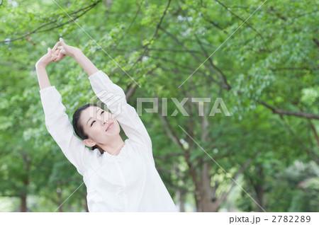 木々の中で深呼吸をする女性 2782289