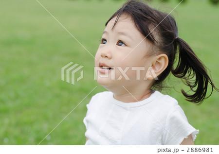 芝生に立つ女の子