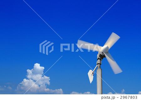 青空と雲と風力発電の風車 2967803