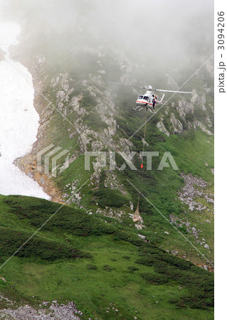 信州の荷物を運ぶヘリコプター 3094206
