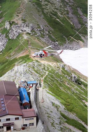 信州の荷物を運ぶヘリコプター 3094208