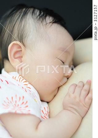 おっぱいを飲む赤ちゃん 3127157