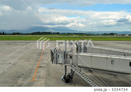 空港の駐機場と搭乗ゲート 3334734