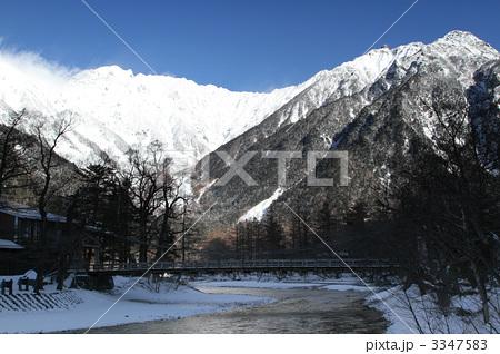 真冬の河童橋と穂高連峰 3347583