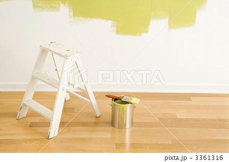 Ladder and paint supplies.の写真素材 [3361316] - PIXTA