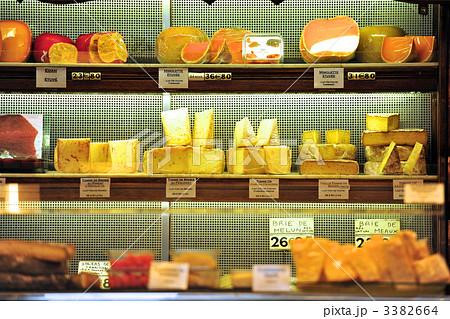 パリのチーズ屋さんのショーケースの中のディスプレイ 3382664