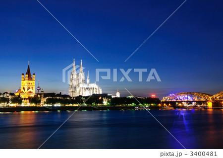 ドイツ 夕暮れ時のケルンの町並み 3400481