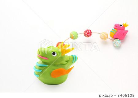 可愛い辰の親子 空で遊ぶポップな干支人形  3406108
