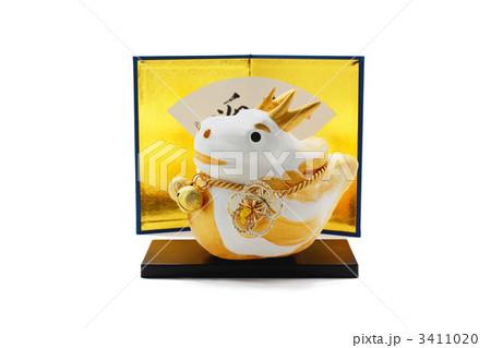 金屏風と可愛い金色の辰の人形 切抜き 3411020