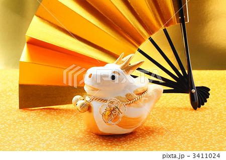 辰の干支人形の置物と金色の扇 3411024