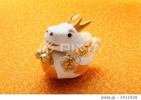 辰の干支人形の置物と和柄の布 3411026