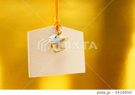 可愛い辰人形と絵馬 金色背景の正月素材 3419950