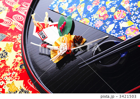 鶴と稲穂の正月飾りと丸盆の膳と箸 3421503