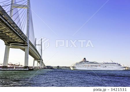 豪華客船と横浜ベイブリッジ(横浜市鶴見区、大黒ふ頭) 3421531