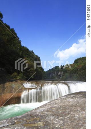 秋の空と吹割の滝 3422891