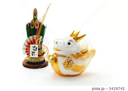 辰の置物と門松飾り 3429742