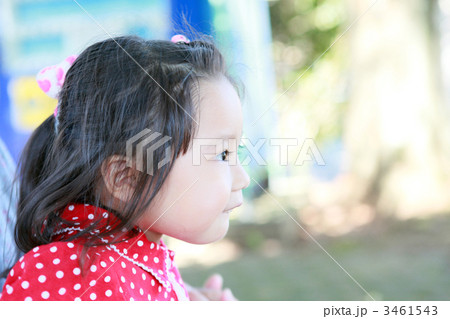 3歳児の楽しそうな横顔 3461543