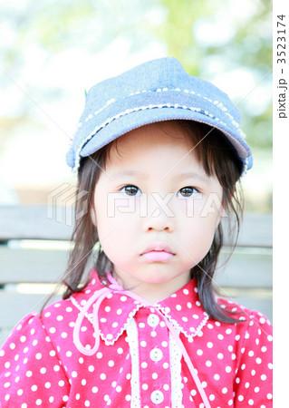 睨む3歳の女の子 3523174