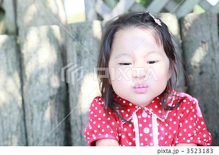 変な顔をする3才の女の子 3523183