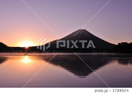 精進湖からの日の出2011-1 3788924