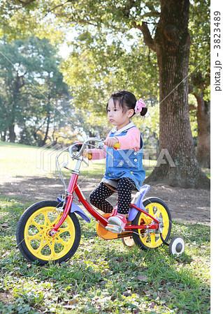 補助輪つき自転車に乗る3歳お ...