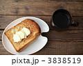 コーヒーとバタートースト(真上) 3838519