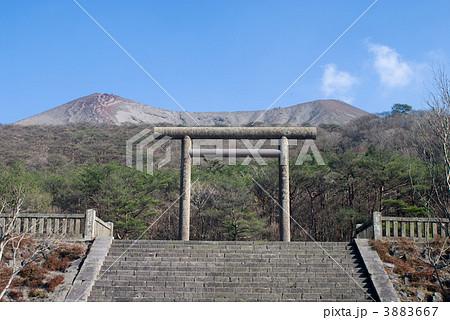 霧島連山の高千穂峰と鳥居 3883667