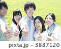 草原で微笑む若者たち 3887120