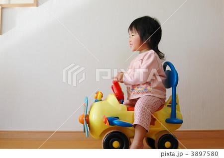 コンビカーで遊ぶ女の子 3897580