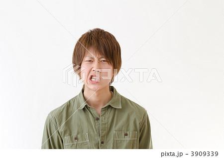 カジュアルな服を着た若い男性 3909339