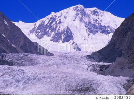 パスー氷河のU字谷 3982459