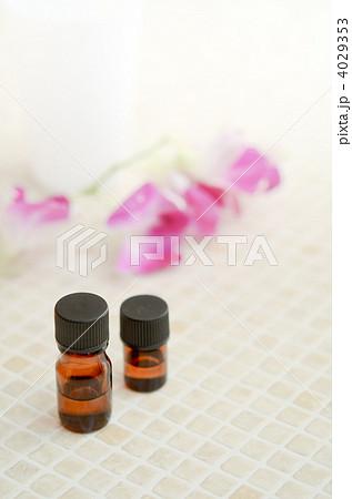 エッセンシャルオイル アロマオイル アロマボトルの写真素材 [4029353] - PIXTA