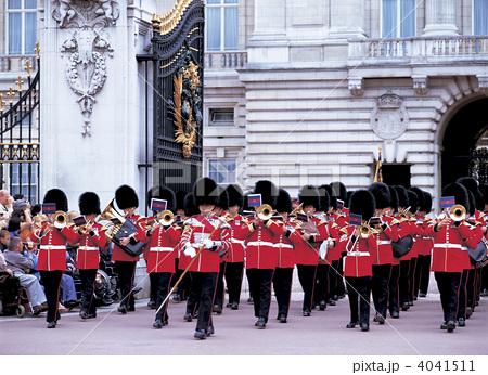 写真素材: ロンドンのバッキンガム宮殿 衛兵交代