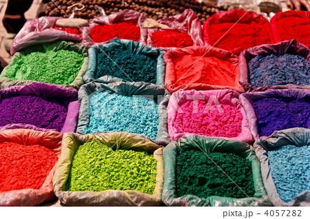 色とりどりの「ティカ(着色した米粉)」(カトマンズ/ネパール) 4057282