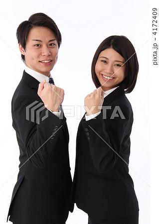 ガッツポーズをしているスーツ姿の男女 4172409