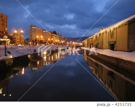 冬の小樽運河の夜景 4251735