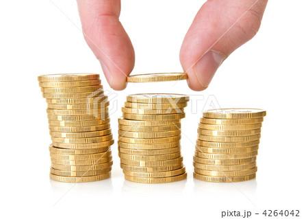 Hand putting golden coinsの写真素材 [4264042] - PIXTA