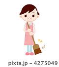ほうきで掃除をする女性 4275049