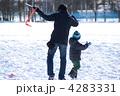 親子で凧揚げ 4283331