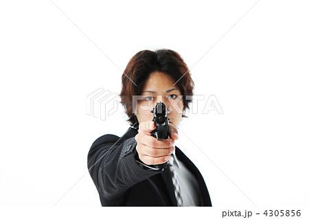銃を向ける男性 4305856
