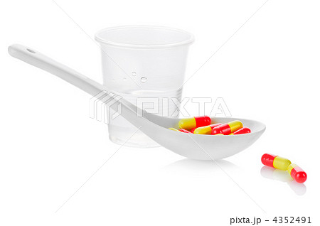 Pharmacy. Antibiotic pills in spoon and plastic glass of water oの写真素材 [4352491] - PIXTA