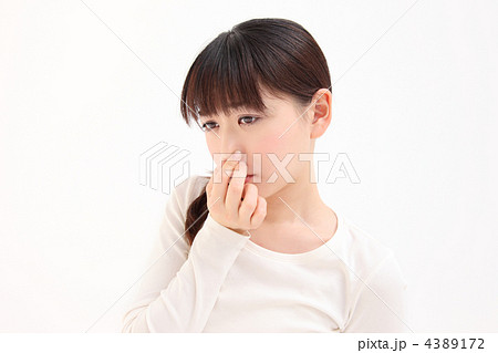 鼻をつまむ女性 4389172