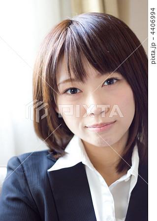 新入社員/オフィス/表情/微笑み/若い女性(縦位置) 4406994