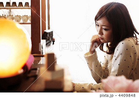 カフェで待つ女性 4409848