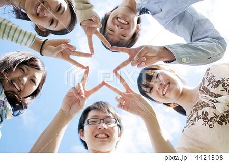 手を合わせ星型を作る5人の若者たち 4424308