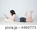 まったり 読書 寝転ぶの写真 4460773