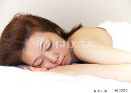 眠る/横向き/うつ伏せ/素肌・裸/エステ休憩中/若い女性 4469796