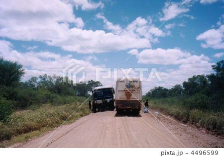 田舎の一本道とバス 4496599